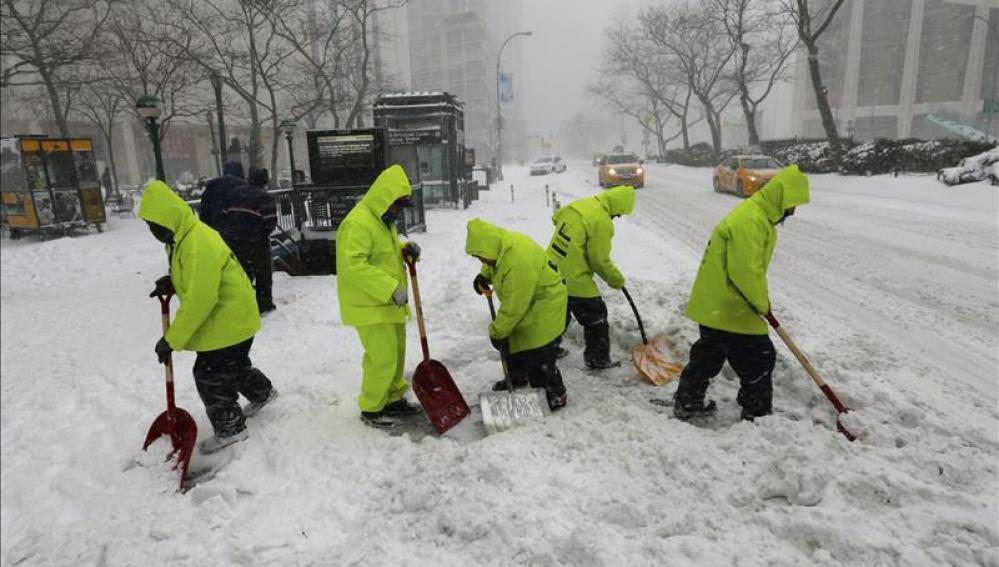 Trabajadores limpian con palas las aceras cerca de Lincoln Center, Nueva York