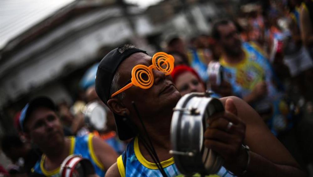 Centenares de personas participan del desfile de blocos (comparsas) en el Carnaval de Río