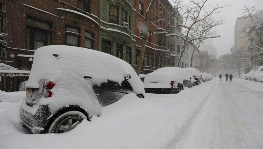 Coches tapados por la nieve en Estados Unidos