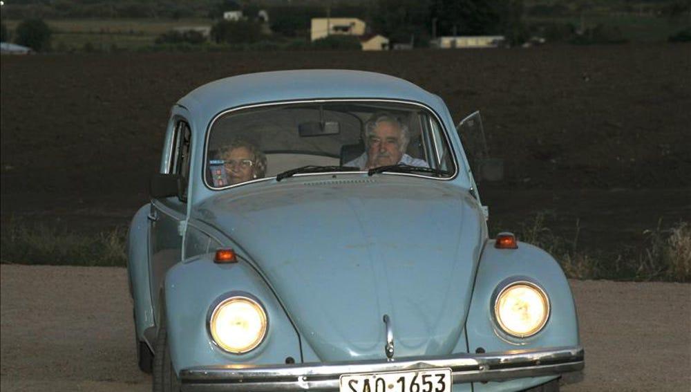 Manuela Carmena y Mujica llegan en escarabajo a una recepción en Montevideo