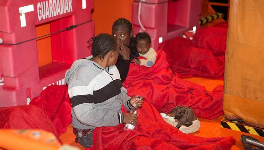 Dos mujeres y un niño rescatados por Salvamento Marítimo