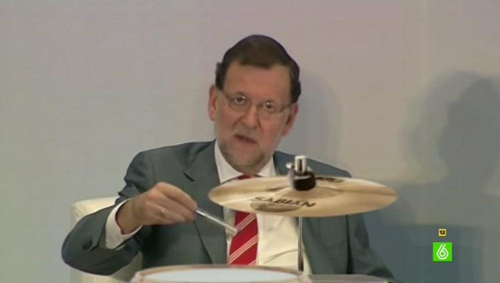 Mariano Rajoy amplía horizontes tocando la batería