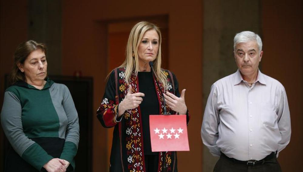 Los padres de Diego junto a la presidenta de la Comunidad de Madrid, Cristina Cifuentes