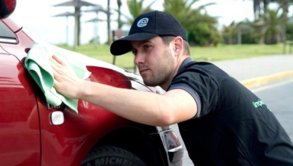 Imagen de un empleado de esta empresa de limpieza de vehículos
