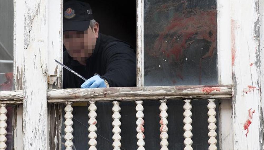 La Policía analiza la ventana desde la que fue arrojada una bebé en Vitoria