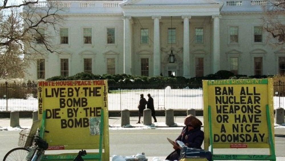 Conchita Piccioto protesta frente a la Casa Blanca
