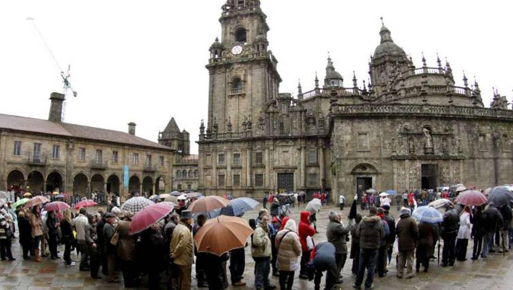 Centenares de personas frente a la catedral de Santiago