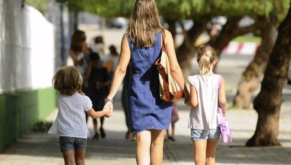Una madre lleva al colegio a sus dos hijas