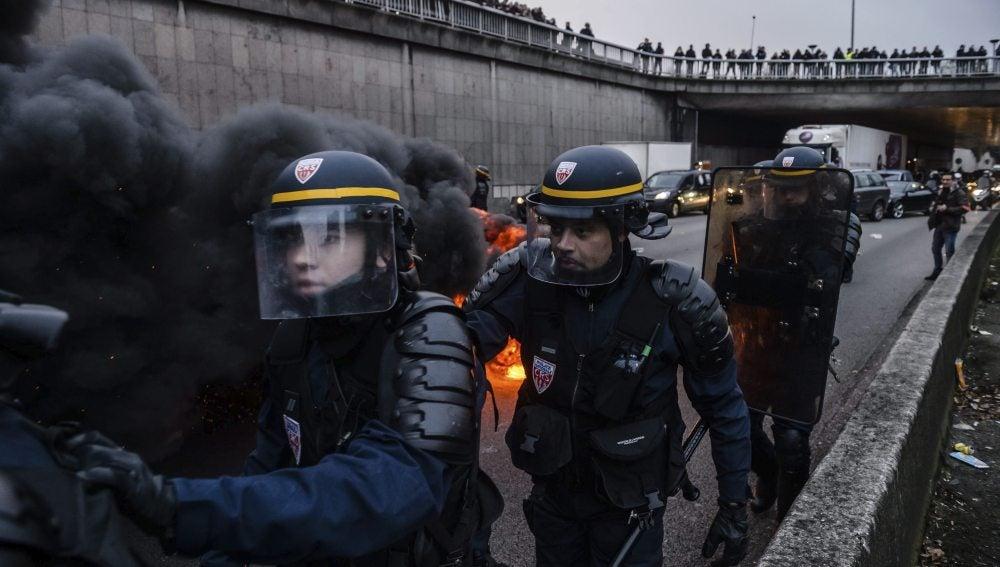Policías antidisturbios se enfrentan a taxistas galos