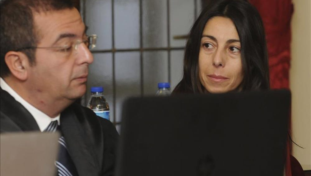 Isabel Carrasco, conversa con su abogado, Fermín Guerrero