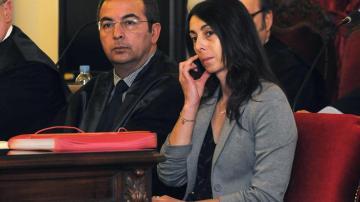 Raquel Gago junto a su abogado