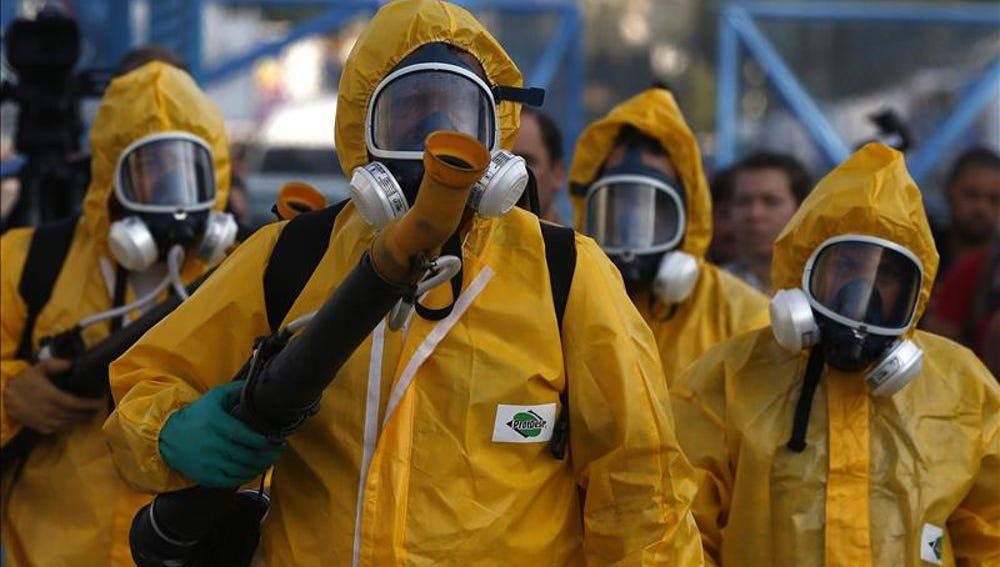 Los militares fumigando las zonas infectadas