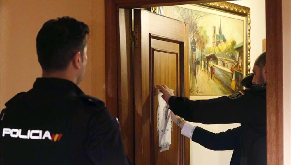 Agentes de Policía precintan una vivienda de Avilés