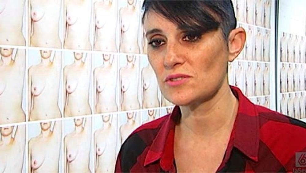 Mara León denuncia con su acción las largas listas de espera para la reconstrucción