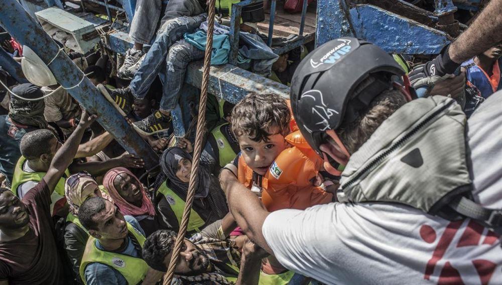 Una ong denuncia que la Unión Europea contempla criminalizar la asistencia personal humanitaria a los refugiados