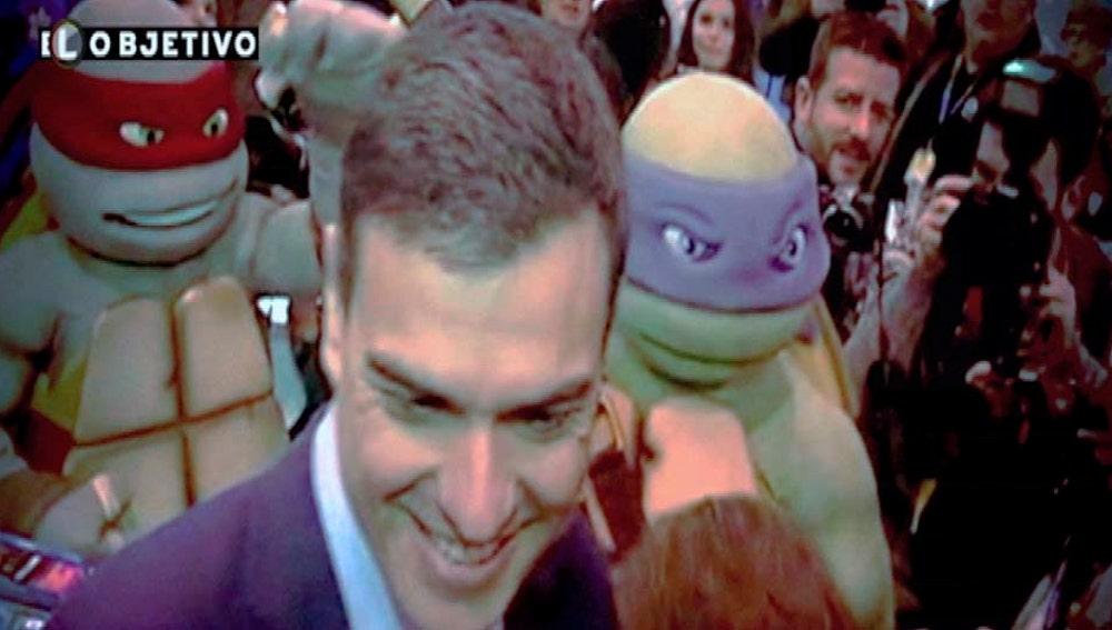 Pedro Sánchez, junto a dos Tortugas Ninja en Ifema