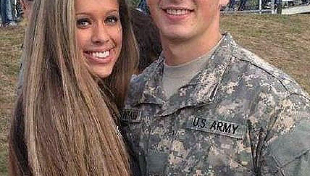 La imagen con su novia que el joven compartió en Internet