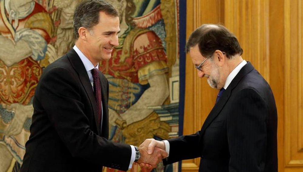 El rey Felipe VI saluda a Mariano Rajoy