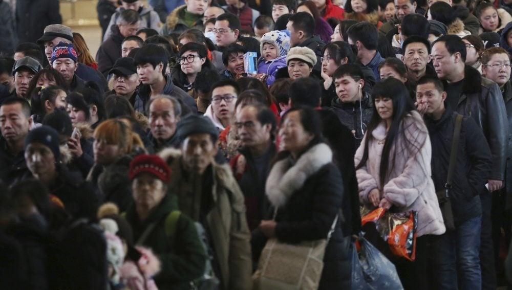 Pasajeros esperan para coger el tren por el Año Nuevo Chino