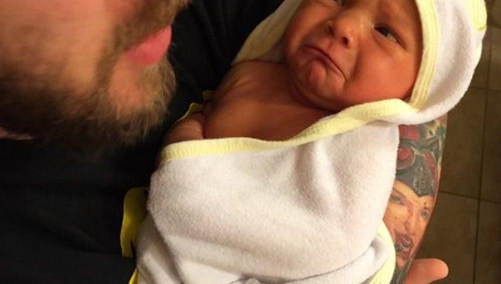 El padre primerizo mostrando el primer baño de su bebé