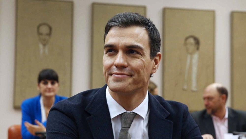 Pedro Sánchez habla con su grupo en el Congreso