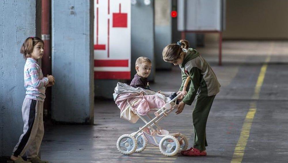 Unos niños juegan en un centro de refugiados en Alemania