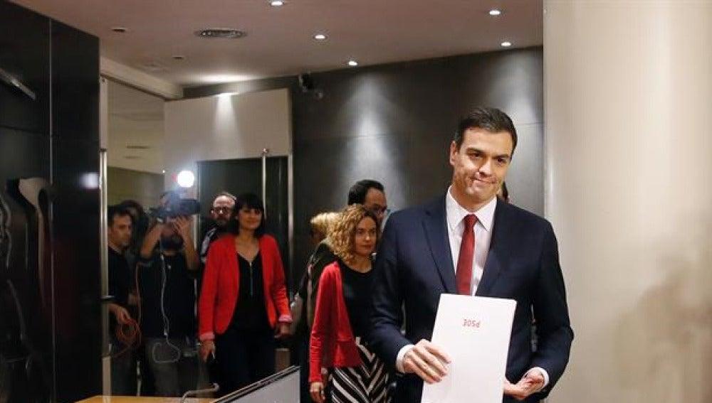 Pedro Sánchez antes de iniciar una rueda de prensa