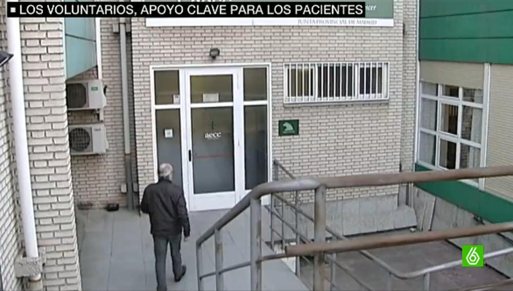 Voluntario entrando en una sede de AECC