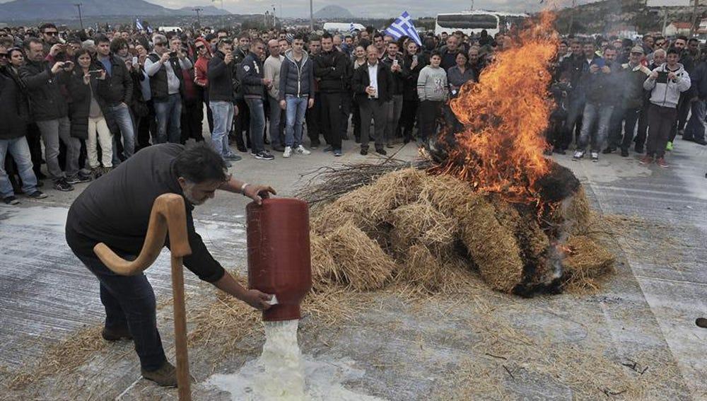 Agricultores griegos protestando en contra de la reforma de las pensiones