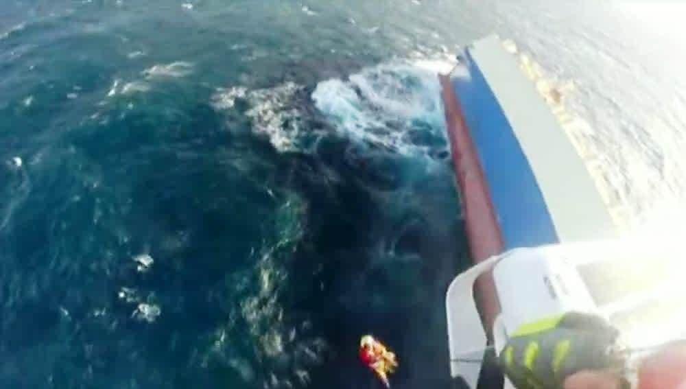 Imágenes del rescate de los tripulantes del 'Modern Express'