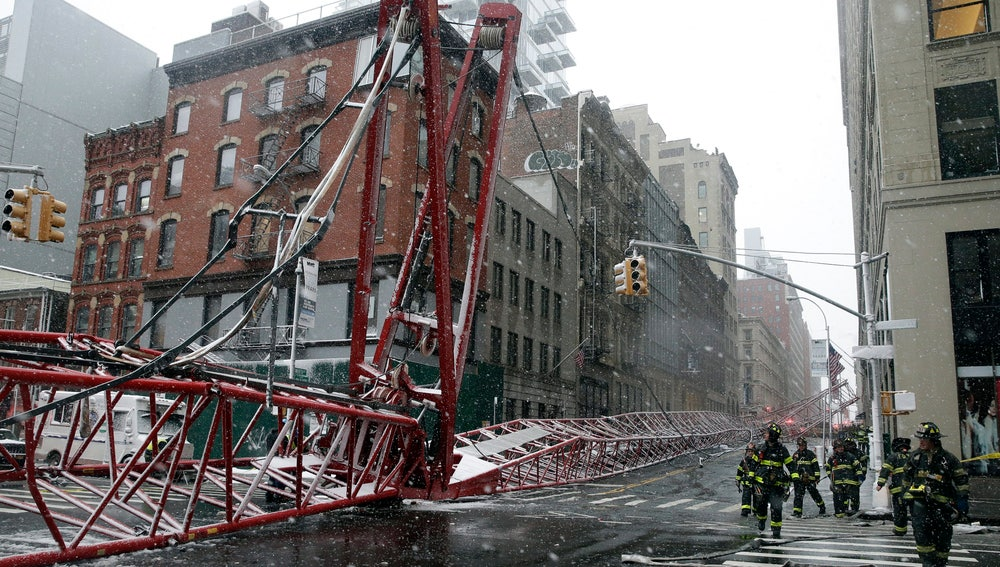 Vista general del accidente en el que ha caído la grúa