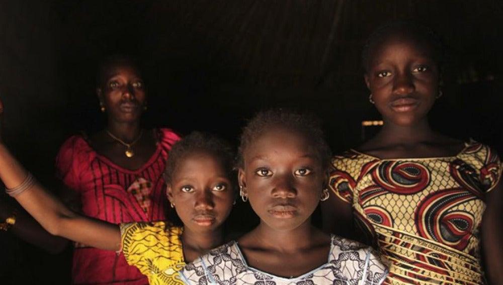 Una mujer con sus hijas en Guinea Bisau