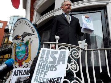 El fundador del portal WikiLeaks, Julian Assange, en el balcón de la embajada de Ecuador en Londres