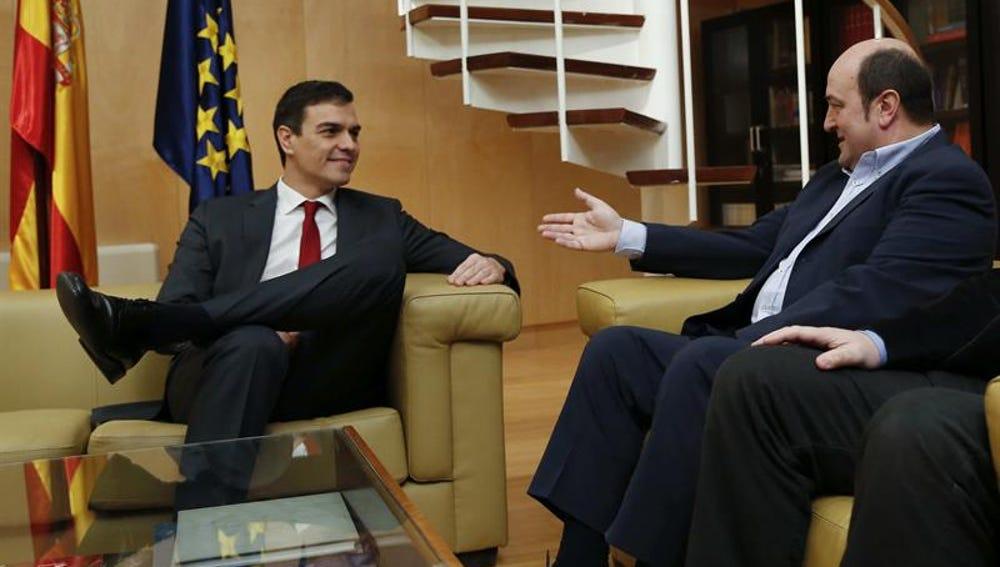 El secretario general del PSOE, Pedro Sánchez, se reúne con el presidente del PNV, Andoni Ortuzar