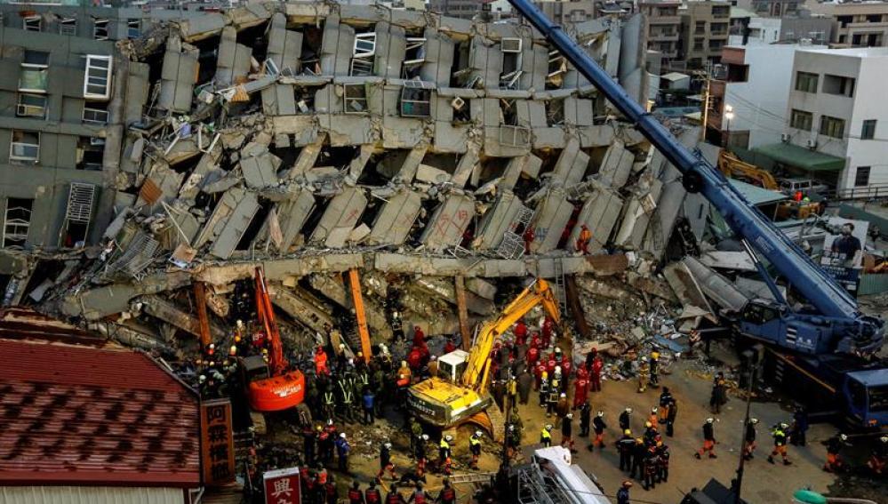 Edificio derrumbado por el fuerte terremoto que azotó Taiwán