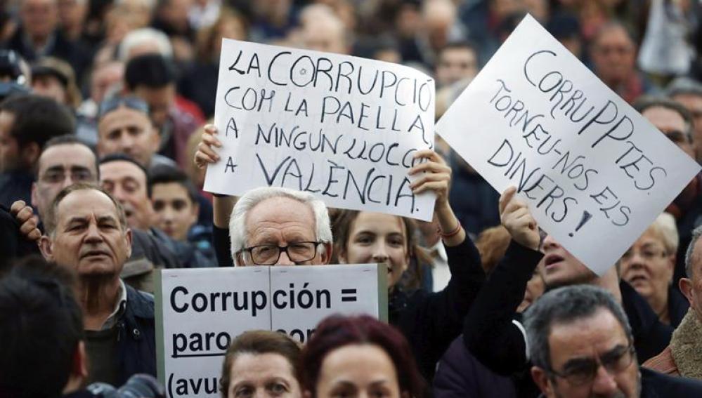 Miles de personas se manifiestan en Valencia contra la corrupción