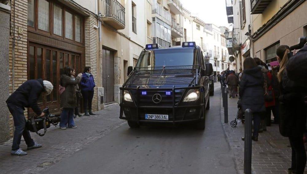 En la imagen, furgones policiales en una operación contra el yihadismo