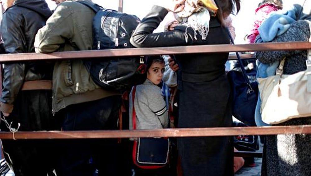 Sirios desamparados en la frontera con Turquía