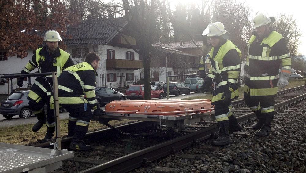 Bomberos trabajan en el lugar donde se ha producido el choque de dos trenes en Bad Aibling (Alemania)