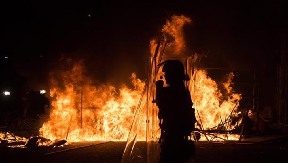 Fuego provocado durante las protestas de Hong Kong