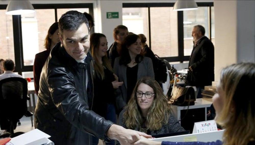 Pedro Sánchez habla con jóvenes emprendedores