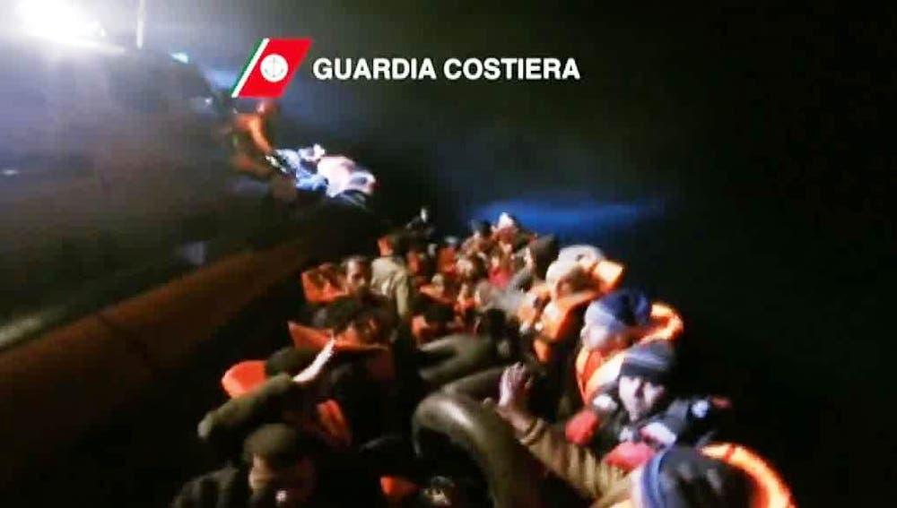 Guardacostas rescatan a 91 refugiados