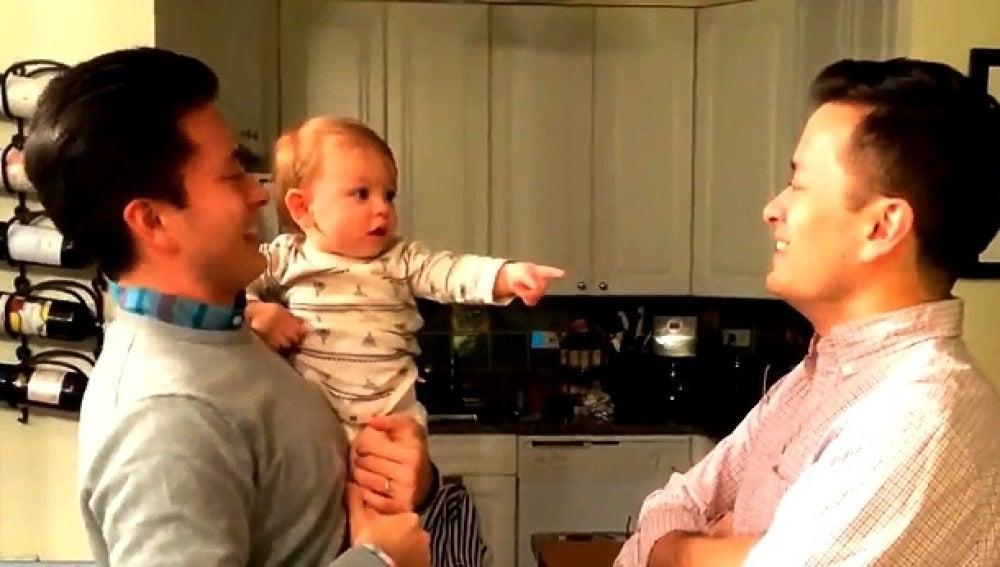 Imagen del bebé con su tío y su padre
