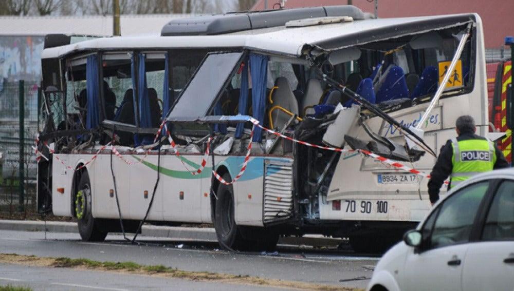 Imagen del autobús tras el accidente en Rochefort