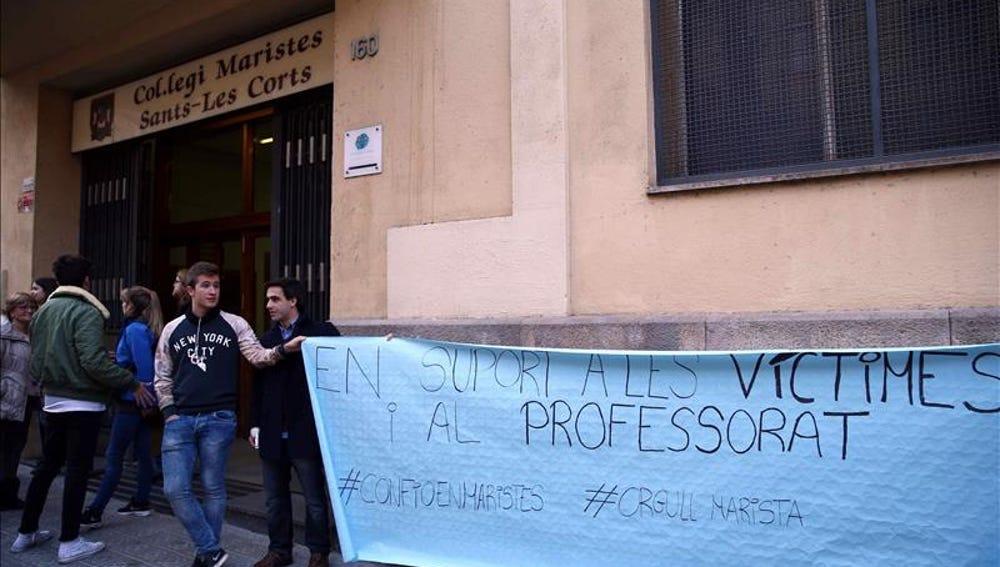 Cadena humana ante el colegio Maristes Sants-Les Corts