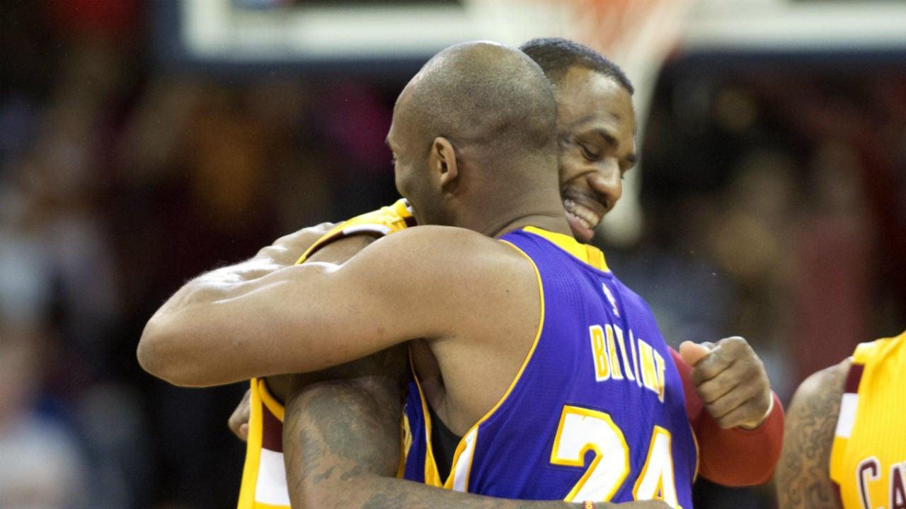 Kobe Bryant y LeBron James se saludan antes del partido