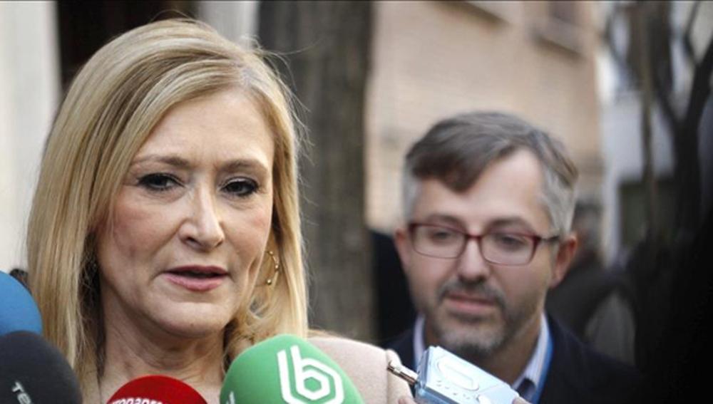 Cristina Cifuentes habla con los medios de comunicación