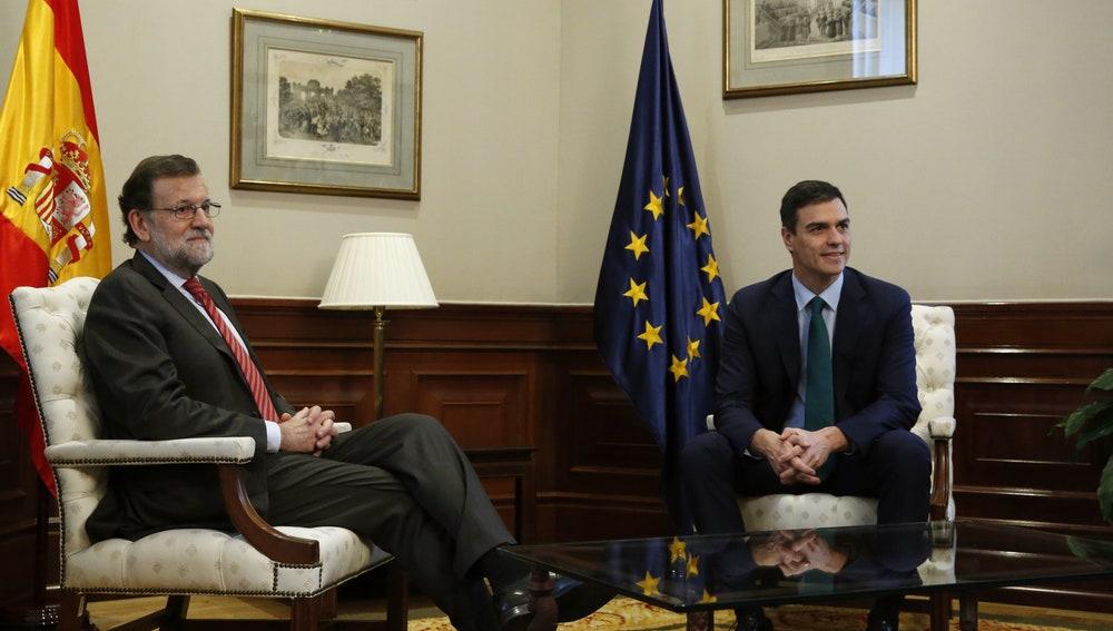 El presidente del Gobierno en funciones, Mariano Rajoy, y el secretario general del PSOE, Pedro Sánchez