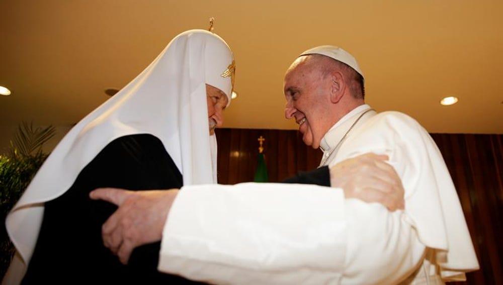 El papa Francisco se abraza con el patriarca ortodoxo ruso Kiril