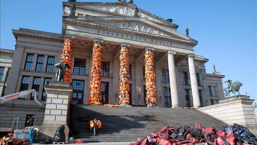 Ai Weiwei despliega cientos de chalecos salvavidas en Berlín por los refugiados